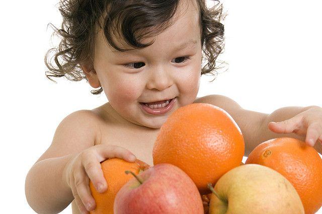 nene con fruta