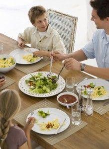 Enseñar a comer bien al bebé durante la cena