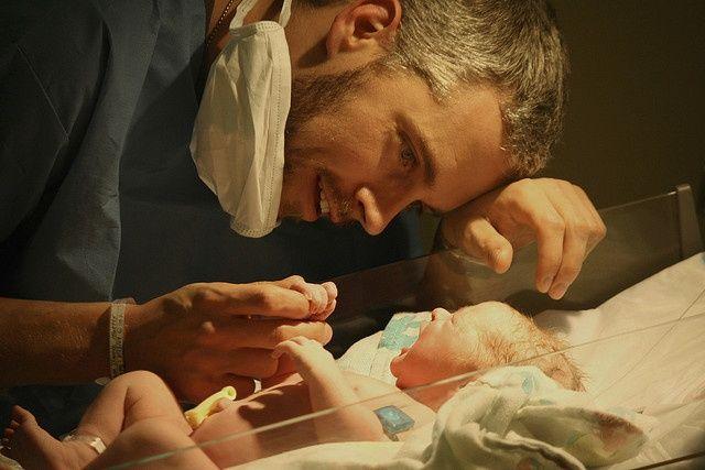 padre y llanto de bebé