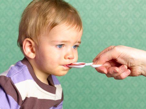 dar medicinas a un bebé