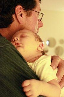 padre con bebe dormido