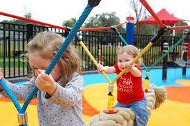 los parques infantiles, cuidar de los pequeños