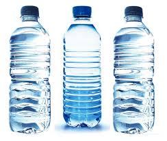 el agua en botella