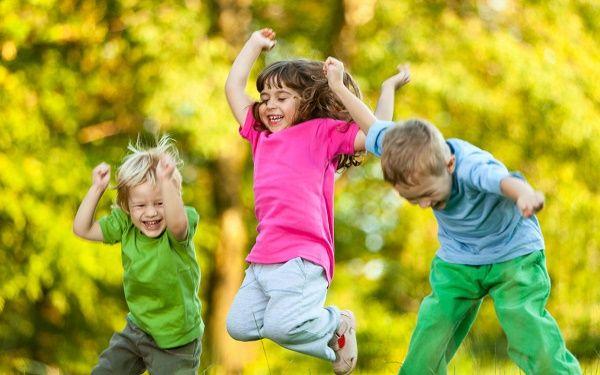 nenes jugando sonriendo