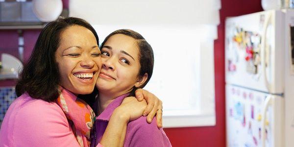 madre e hija adolescente abrazo
