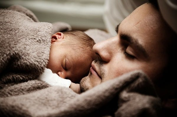 papa y bebe durmiendo
