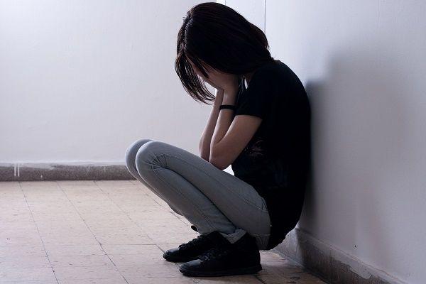 adolescente triste pasillo