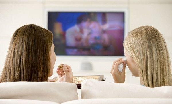 adolescentes viendo tv