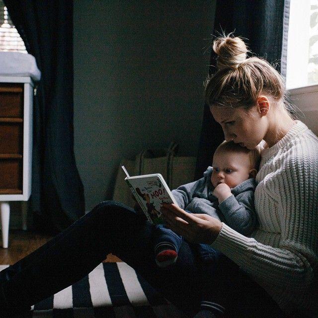 madre leyendo un libro