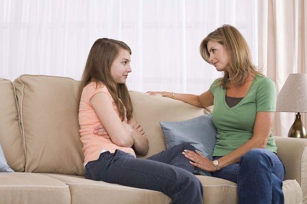 madre y adolescente hablando