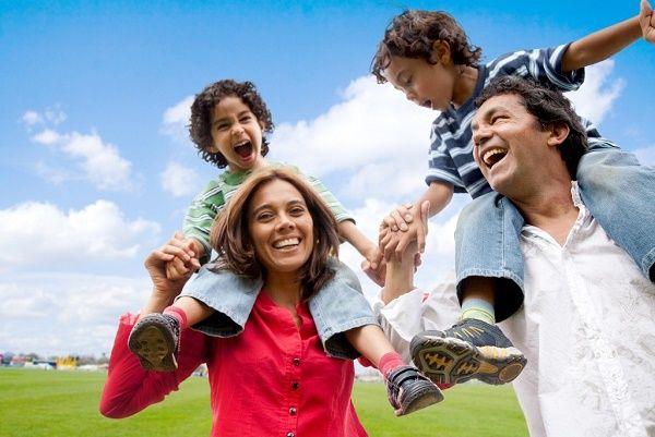 familia feliz paseando