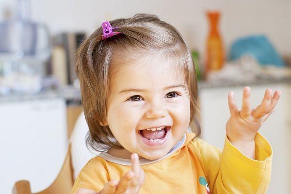 bambina che gioca con le mani