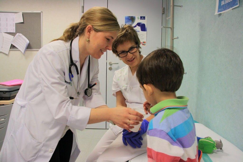 Un-niño-bebe-dosis-leche-en-Consulta-Alergología-hospital