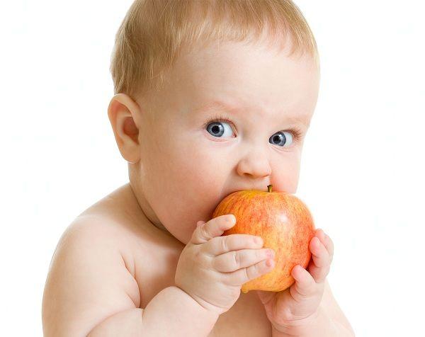 bebe-con-fruta